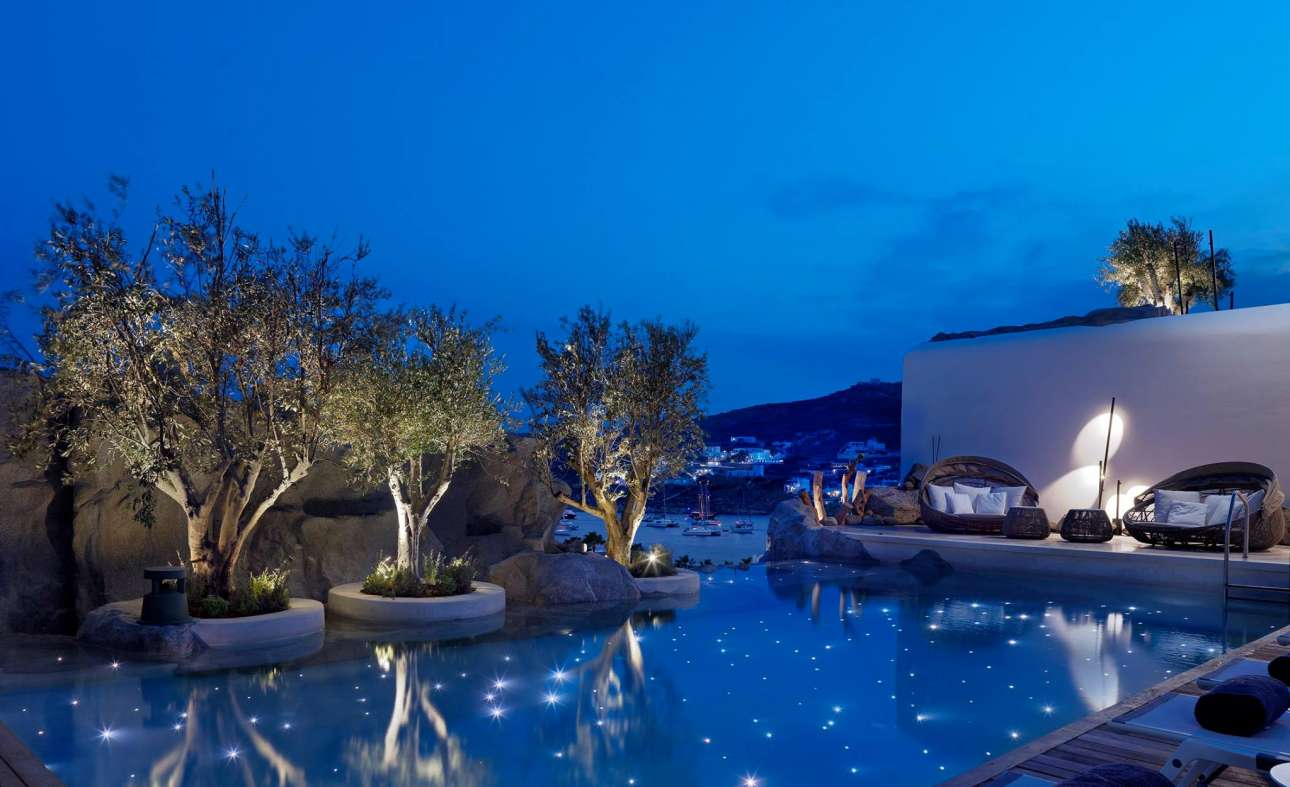 Η πανέμορφη πισίνα που θυμίζει έναστρο ουρανό στο ξενοδοζείο Kensho της Μυκόνου