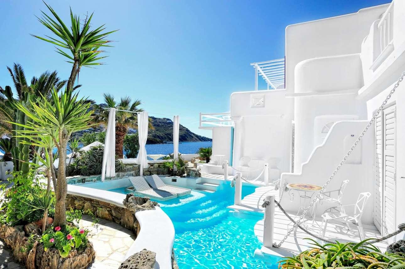Μπουκαμβίλιες, πολύχρωμα παντζούρια και μία πισίνα - όαση: το ξενοδοχείο Κιβωτός στη Μύκονο προσφέρει το τέλειο σκηνικό για τους λάτρεις του Ιnstagram