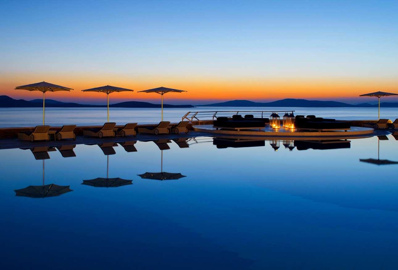 Στην απομονωμένη παραλία του Αγίου Ιωάννη βρίσκεται το εντυπωσιακό Mykonos Grand Hotel & Resort με την πισίνα θαλασσινού νερού