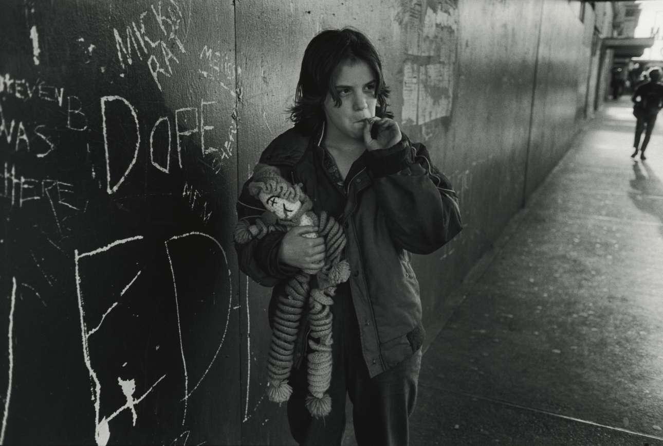«Η Λίλυ με τη πάνινη κούκλα της» («Lillie with her rag dol») Σιάτλ, Ουάσινγκτον. Από τη σειρά «Streetwise», 1983. Η συγκλονιστική σειρά «Streetwise» συνοδευόταν και από δημοσιογραφικά κείμενα που διηγούνταν τις ιστορίες των παιδιών και τους λόγους που τα οδήγησαν στην πορνεία, τις ληστείες και τη βία. Η Μαίρη Ελεν Μαρκ και ο σύζυγός της επέστρεφαν συχνά στο Σιάτλ για να δουν τι απέγιναν τα παιδιά, ώσπου το 1985 αποφάσισαν να κάνουν το Streetwise ντοκιμαντέρ, το οποίο και απέσπασε υποψηφιότητα για Οσκαρ
