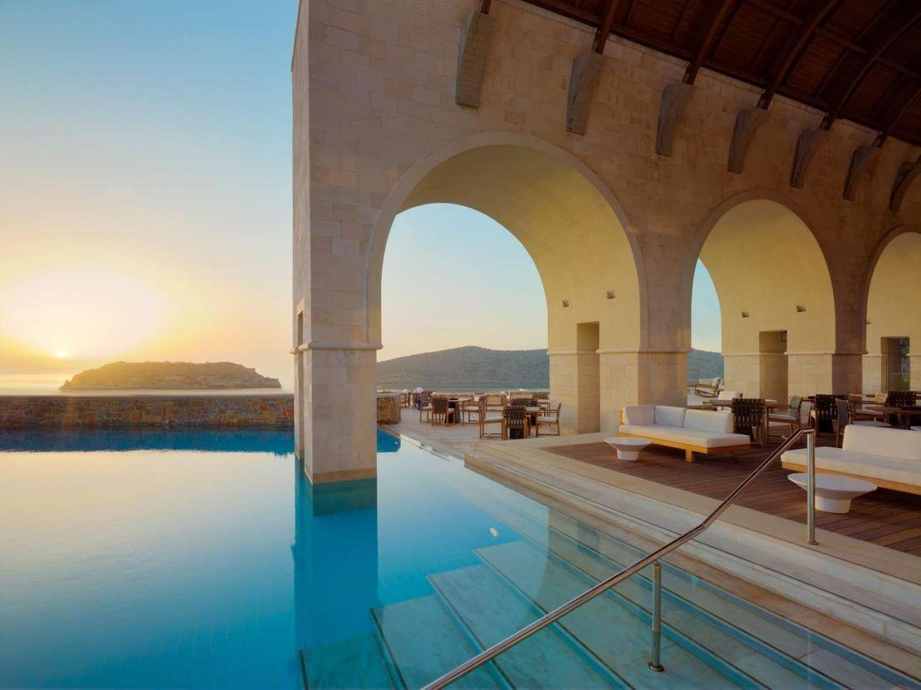 Εκπληκτική θέα στο Κρητικό Πέλαγος και στη Σπιναλόγκα από το μοντέρνο ξενοδοχείο «Blue Palace»