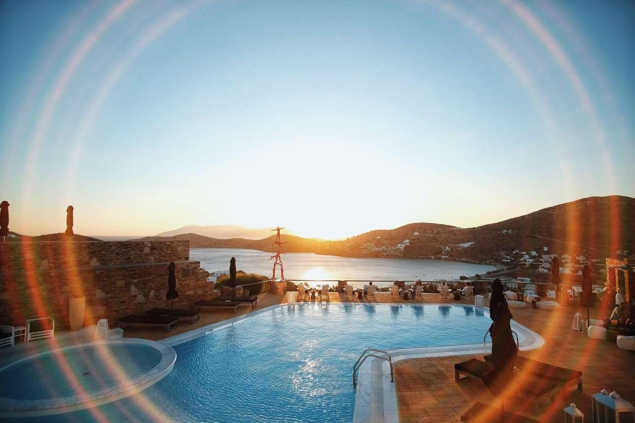 Το πιο ρομαντικό μέρος στην Ιο, το ξενοδοχείο Λιοστάσι με τα θεατρικά διακοσμημένα δωμάτια, την υπέροχη θέα και το σήμα κατατεθέν γλυπτό του Κώστα Γεωργίου δίπλα στην πισίνα