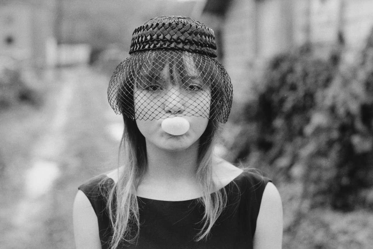 «Tiny», Σιάτλ, Ουάσινγκτον. Από τη σειρά «Streetwise», 1983. Από τα πιο σημαντικά πρότζεκτ της φωτογράφου Μαίρη Ελεν Μαρκ, το «Streetwise» κατέγραφε τη ζωή των άστεγων εφήβων στο Σιάτλ, παιδιά που κατέληξαν στους δρόμους προκειμένου να ξεφύγουν από κακοποίηση, αλκοολικούς γονείς και οικογένειες που δεν ήθελαν ή δεν μπορούσαν να τους φροντίσουν. Στη φωτογραφία η 13χρονη Τάινι, η οποία εκπορνευόταν για να μπορέσει να αγοράσει κρακ. «Με ενδιαφέρουν οι άνθρωποι που δεν είναι τυχεροί, αυτοί που δυσκολεύονται να επιβιώσουν και να πω την ιστορία τους» είχε δηλώσει κάποτε η Μαρκ