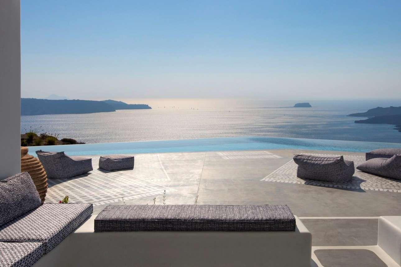 800 ξενοδοχεία λειτουργούν στη Σαντορίνη, αλλά το Erosantorini ανεβάζει τον πήχη ψηλότερα προσφέροντας στους πελάτες του θυρωρό, σεφ, γυμναστή και μασέρ... και φυσικά μια θέα που σε κάνει να νιώθεις πως βρίσκεσαι στην κορυφή του κόσμου