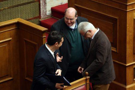 """Ο πρωθυπουργός Αλέξης Τσίπρας (A), o υπουργός Παιδείας Κώστας Γαβρόγλου (Δ) και ο βουλευτής ΣΥΡΙΖΑ Νίκος Φίλης (Κ)  στη Βουλή, στην """"Ώρα του Πρωθυπουργού"""", όπου θα απαντηθεί επίκαιρη ερώτηση του προέδρου της Ένωσης Κεντρώων Βασίλη Λεβέντη (δε διακρίνεται) σχετικά με τα αποτελέσματα του τελευταίου Eurogroup, Παρασκευή 24 Φεβρουαρίου 2017. ΑΠΕ-ΜΠΕ/ΑΠΕ-ΜΠΕ/Αλέξανδρος Μπελτές"""