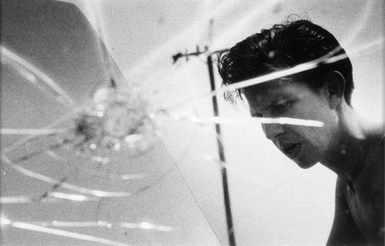 Larry Clark, «Χωρίς Τίτλο», 1963, από τη σειρά Tulsa, 1962 –1971. Ο φωτογράφος και σκηνοθέτης Λάρι Κλαρκ, γνωστός για την ταινία που άφησε εποχή «Kids», αιχμαλωτίζει με τον φακό του τις ζωές τριών φίλων και τοξικομανών, στην Τάλσα της Οκλαχόμα