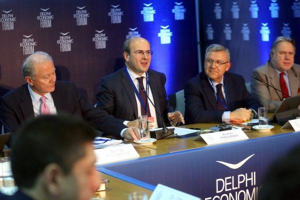 Ο αναπληρωτής υπουργός Εξωτερικών Γιώργος Κατρούγκαλος (δεξιά) και ο βουλευτής της Νέας Δημοκρατίας Κωστής Χατζηδάκης (δεύτερος από αριστερά), στο Οικονομικό Φόρουμ Δελφών (ΑΠΕ-ΜΠΕ/ΟΡΕΣΤΗΣ ΠΑΝΑΓΙΩΤΟΥ)