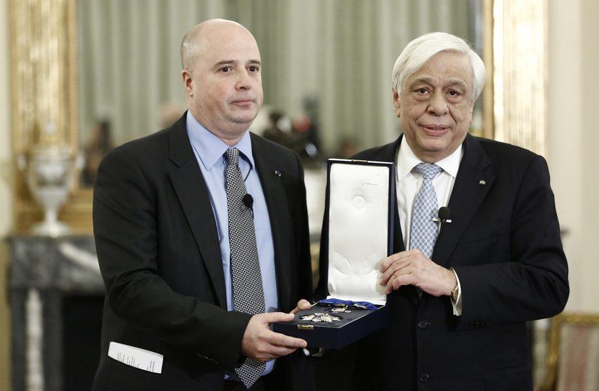 Ο Πρόεδρος της Δημοκρατίας Προκόπης Παυλόπουλος (Δ) απονέμει τον Μεγαλόσταυρο του Τάγματος της Τιμής στον πρόεδρο του Δ.Σ του Ιδρύματος Σταύρος Νιάρχος, Ανδρέα Δρακόπουλο (Α), στο Προεδρικό Μέγαρο, Δευτέρα 26 Μαρτίου 2018 ΑΠΕ-ΜΠΕ/ΑΠΕ-ΜΠΕ/ΓΙΑΝΝΗΣ ΚΟΛΕΣΙΔΗΣ