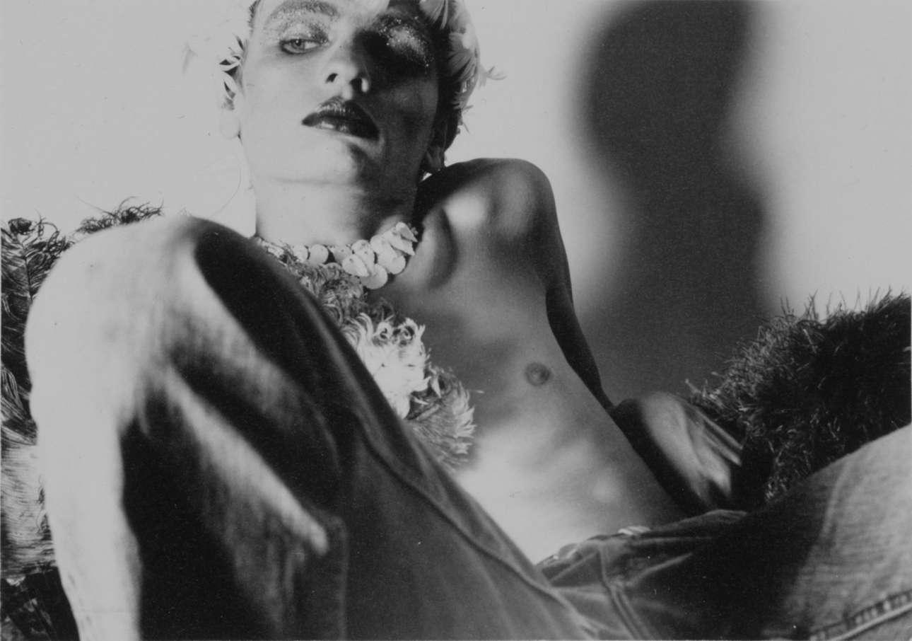 Walter Pfeiffer, «Untitled from Carlo Joh», 1973. Το 1973, ο ελβετός φωτογράφος Βάλτερ Φάιφερ φωτογράφιζε για μήνες τη μούσα του, τον Κάρλο Τζο, άλλοτε γυμνό, με μακιγιάζ ή σε ντραγκ ρόλο. Ξεκίνησε να τον φωτογραφίζει όταν ήταν στον άνθος της ηλικίας και της ομορφιάς του, αλλά όσο περνούσε ο καιρός εμφανιζόταν όλο και πιο αδύνατος στις φωτογραφίσεις. Ο Κάρλο Τζο ήθελε να καταγραφεί η πορεία του, έφερνε πάντα τα δικά του φώτα και κάμερα στο σετ, και έκανε ο ίδιος το μακιγιάζ του. Σύντομα μετά το τέλος των φωτογραφίσεων, ο Κάρλο Τζο πέθανε