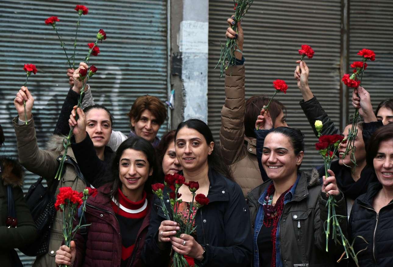 Ακτιβίστριες με κόκκινα γαρύφαλλα στα χέρια καλούν κόσμο στη διαδήλωση για την Ημέρα της Γυναίκας στην Τουρκία