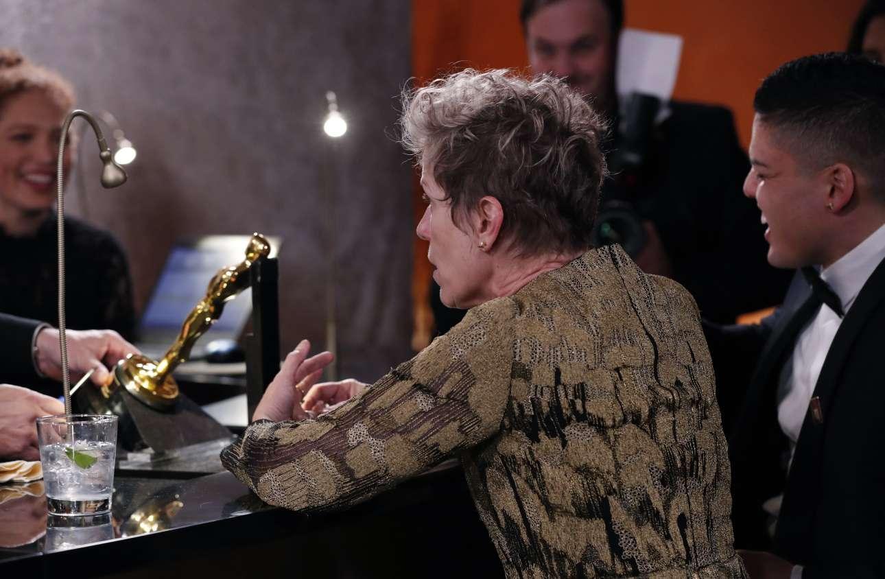Η Φράνσις ΜακΝτόρμαντ στην αναμονή για να χαραχτεί το όνομά της στο αγαλματίδιο ως νικήτρια του Οσκαρ α' γυναικείου ρόλου. Ενα ποτό πάντα βοηθά
