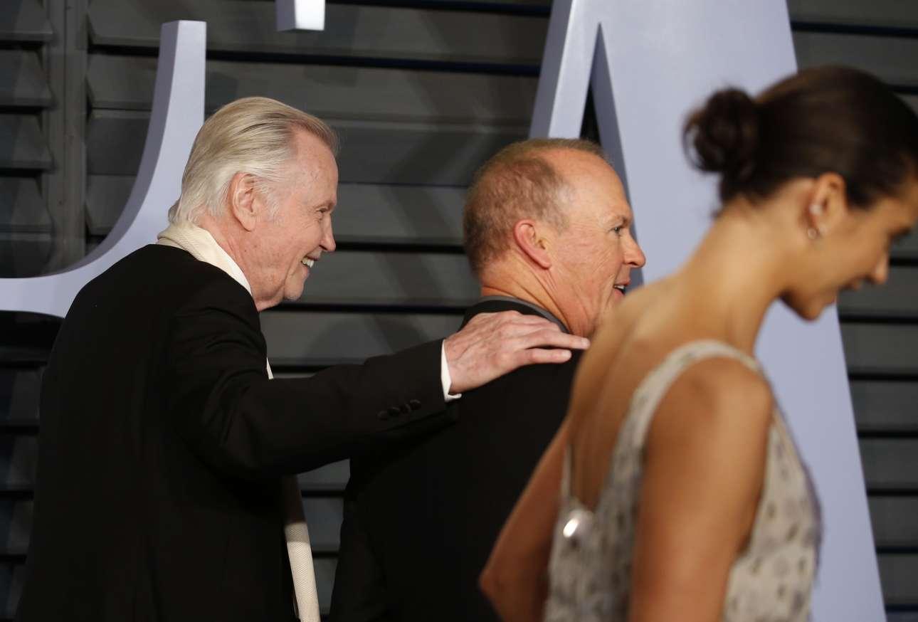 O Γιόν Βόιτ με τον Μάικλ Κίτον προσέρχονται στο πάρτι μετά την τελετή