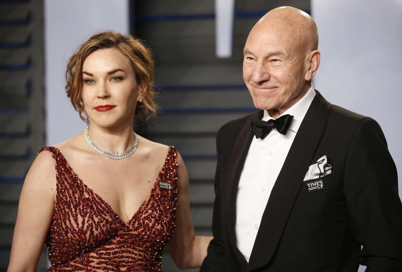 Ο Πάτρικ Στιούαρτ με τη σύζυγό του Σάνι Οζέλ. Και οι δύο φορούν την καρφίτσα κατά της σεξουαλικής παρενόχλησης στο Χόλιγουντ
