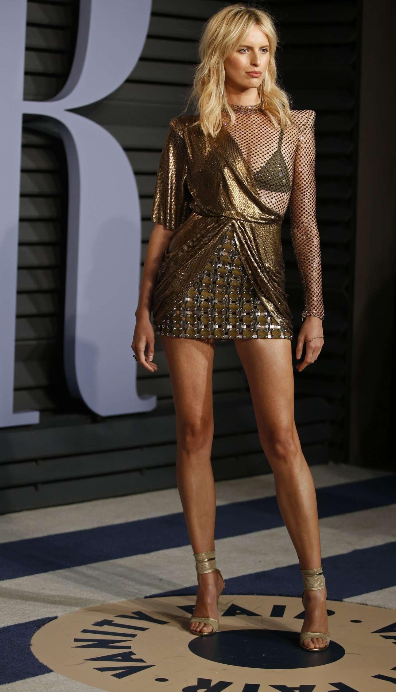 H Καρολίνα Κούρκοβα, μοντέλο, καταφθάνει στο πάρτι του Vanity Fair για τα 90ά Οσκαρ