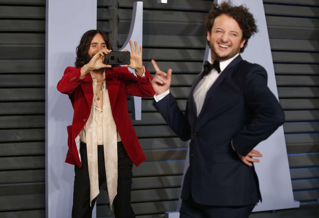 Ο Τζάρεντ Λίτο, με εντυπωσιακά ατημέλητο ντύσιμο, αστειεύεται με ένα φίλο του