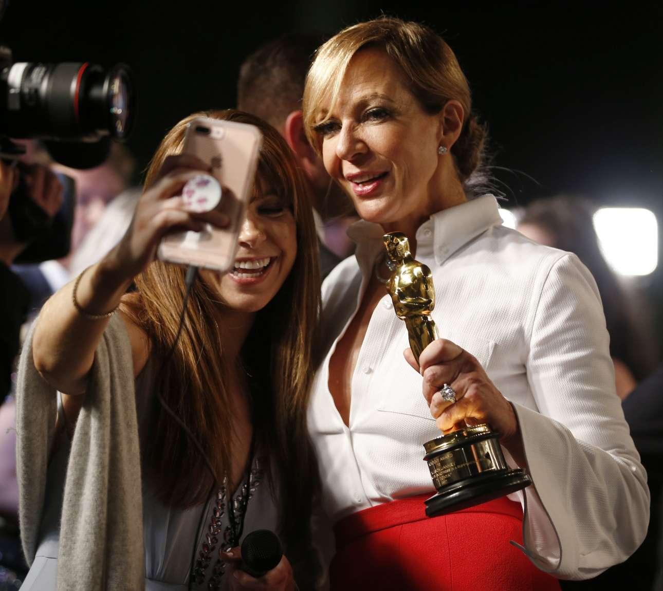 Σέλφι με την Αλισον Τζάνεϊ, βραβευθείσα με το Οσκαρ β' γυναικείου ρόλου για την ερμηνεία της στο «Εγώ, η Τόνια»