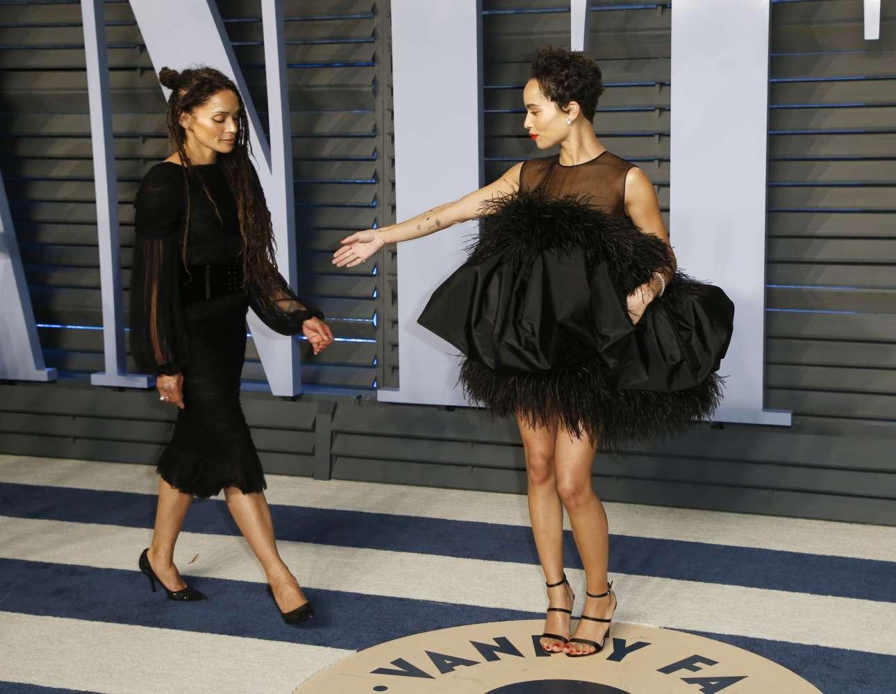 Η Ζόε Κράβιτζ περιμένει τη μητέρα της, Λίζα Μπονέ, να ποζάρουν μαζί στις αφίξεις του πάρτι του Vanity Fair