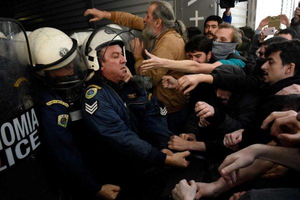 Ενταση στη Δραγούμη, στη Θεσσαλονίκη, όπως αποτυπώθηκε σε φωτογραφία που δημοσίευσε το Reuters (Alexandros Avramidis)