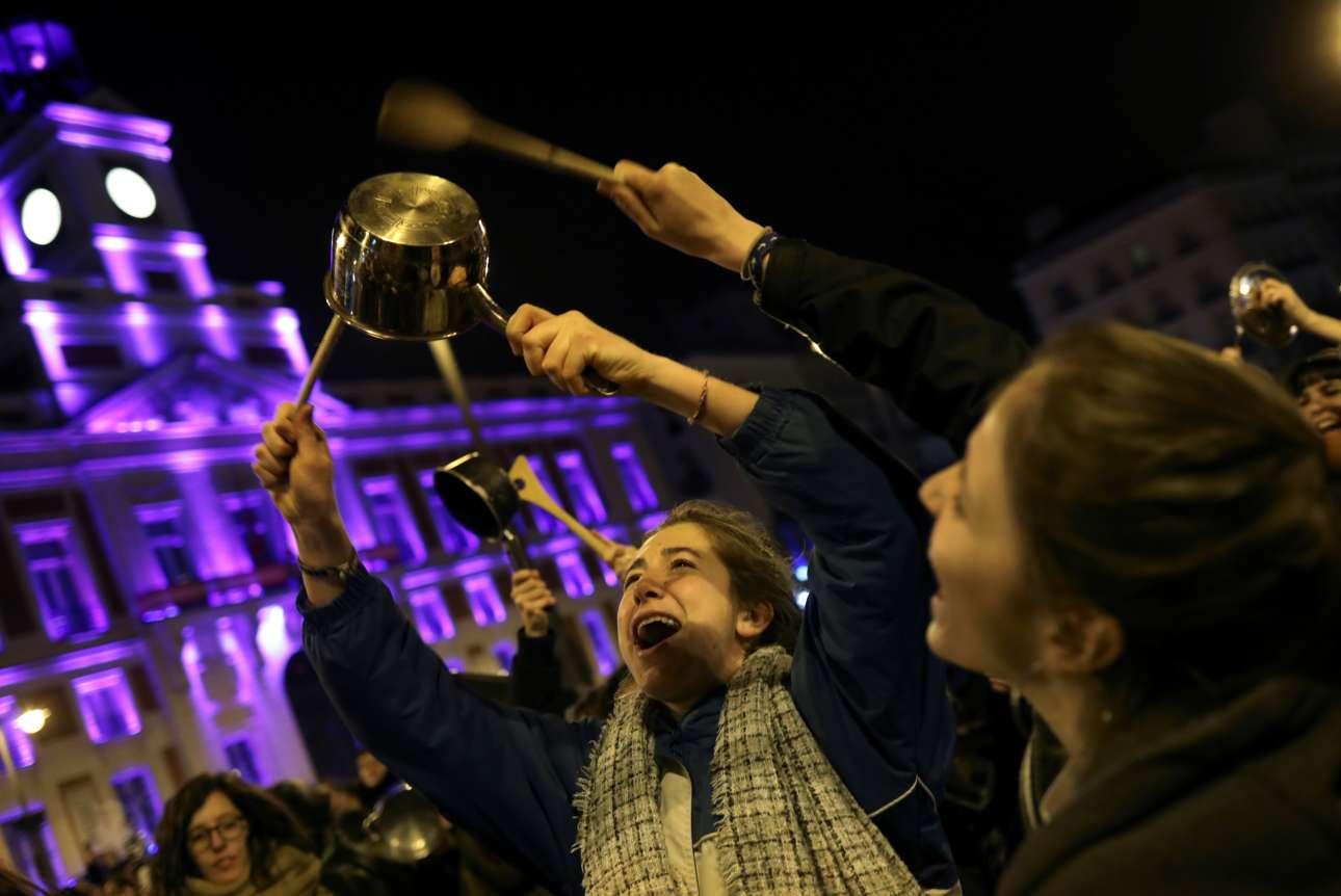 Γυναίκες στους δρόμους της Μαδρίτης χτυπάνε κατσαρολικά, κηρύσσοντας την έναρξη της απεργίας στην Ισπανία για την Ημέρα της Γυναίκας