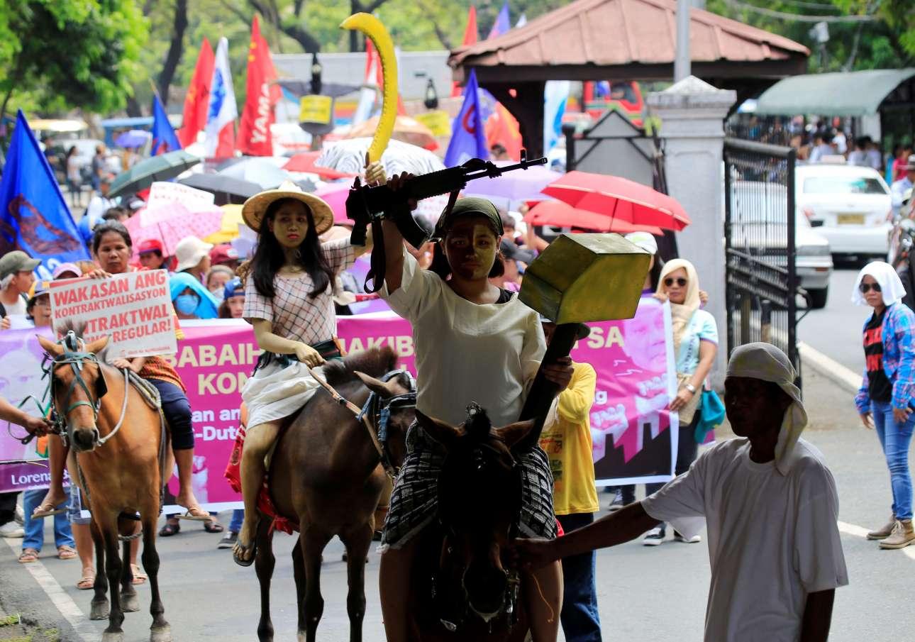 Καβάλα στα άλογα και με ψεύτικα όπλα ανά χείρας, γυναίκες στη Μανίλα διαμαρτύρονται για τα μισογυνικά σχόλια του προέδρου των Φιλιππινών Ροντρίγκο Ντουτέρτε και τη συμπεριφορά του απέναντι στις γυναίκες πολιτικούς αντιπάλους του