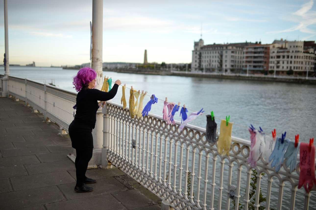 Διαδηλώτριες κρεμούν πλαστικά γάντια με γραμμένα μηνύματα, στην Ισπανία