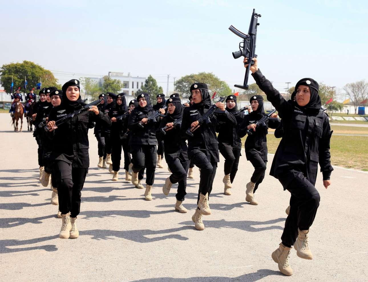 Γυναίκες - κομάντο της πακιστανικής αστυνομίας παρελαύνουν για την Ημέρα της Γυναίκας στο Ισλαμαμπάντ
