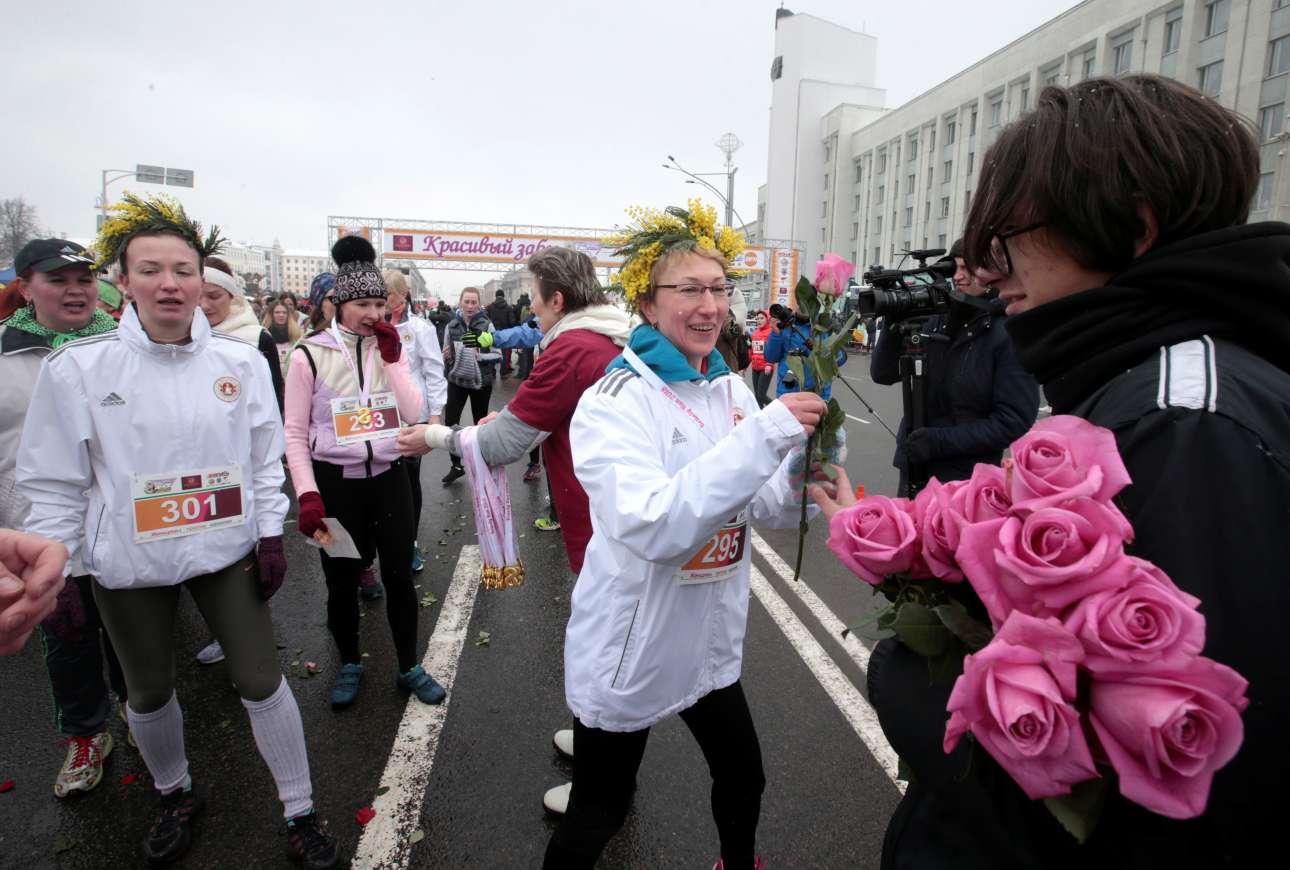Οι γυναίκες του Μινσκ στη Λευκορωσία γιορτάζουν την Ημέρα τρέχοντας στον «Αγώνα Ομορφιάς» («Beauty Run»)