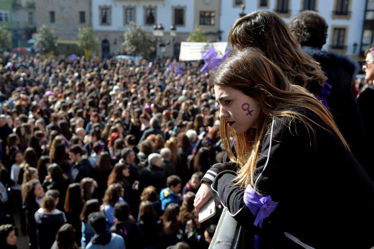 Με το σύμβολο του θηλυκού φύλου ζωγραφισμένο στο μάγουλο, μία κοπέλα παρακολουθεί διαδήλωση για την Ημέρα της Γυναίκας, στο Μπιλμπάο της Ισπανίας