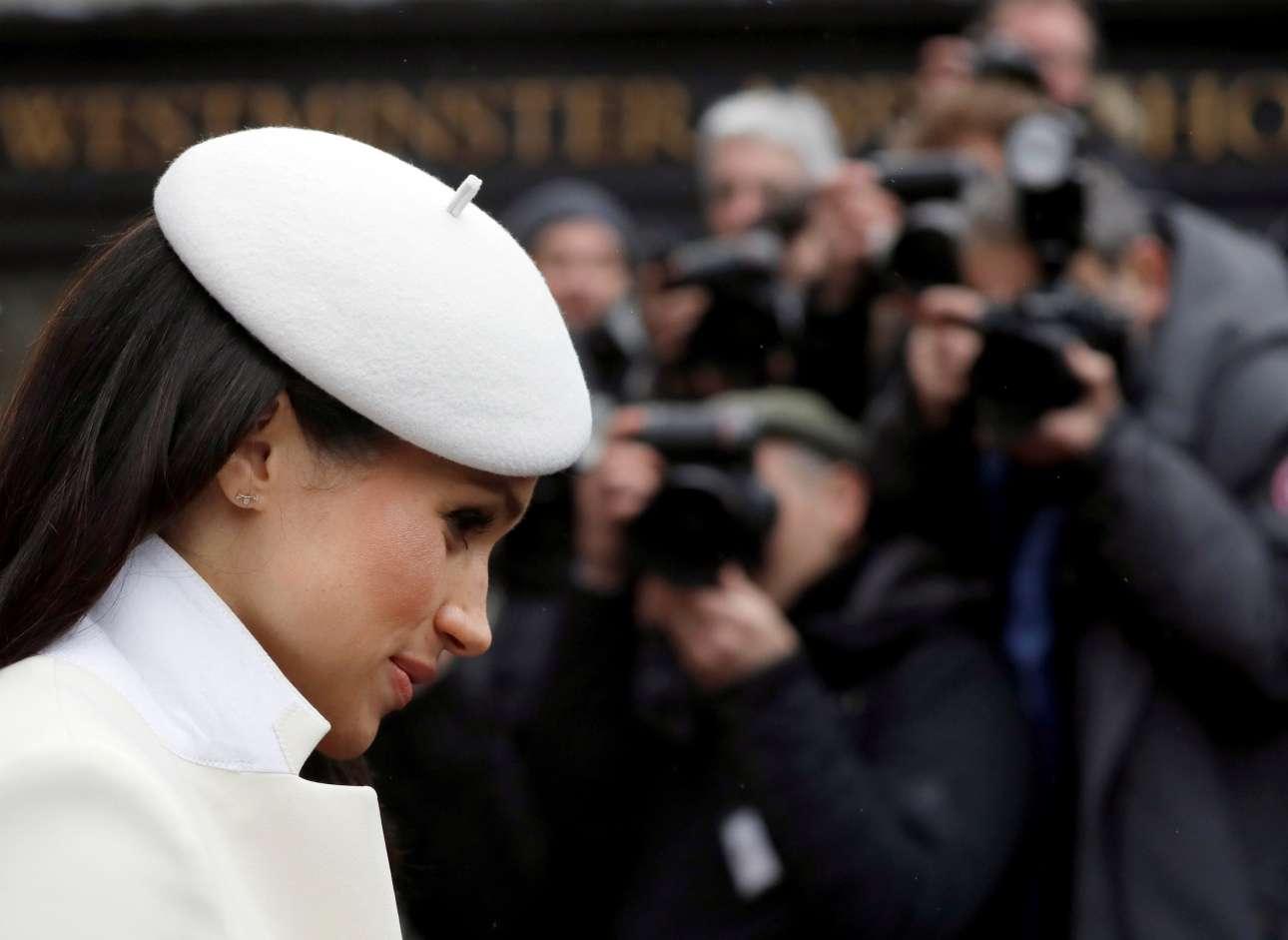 Δευτέρα, 12 Μαρτίου, Βρετανία. Δημοσιογράφοι απαθανατίζουν την γοητευτική Μέγκαν Μαρκλ καθώς αποχωρεί από θρησκευτική τελετή στο Αβαείο του Ουέστμινστερ, στο Λονδίνο. Η αρραβωνιαστικία του πρίγκιπα Χάρι παρεβρέθη για πρώτη φορά στην επιμνημόσυνη τελετή για την Ημέρα της Κοινοπολιτείας παρουσία της βασίλισσας Ελισάβετ