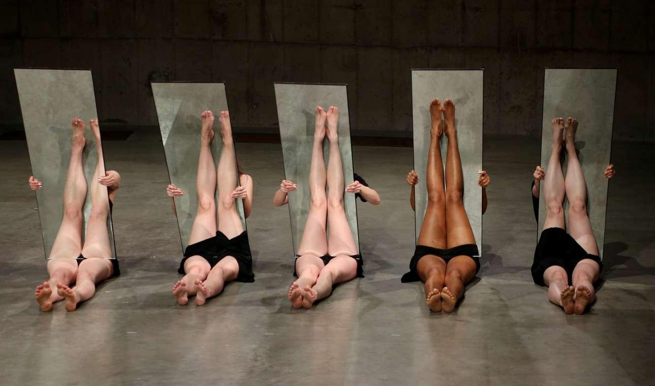 Τρίτη, 13 Μαρτίου, Βρετανία. Περφόρμερ παίρνουν μέρος στο πρότζεκτ «Κομμάτι από καθρέφτη II» (Mirror Piece II) στην έκθεση της Τζοάν Τζόνας στην Πινακοθήκη Μοντέρνας Τέχνης Τέιτ (Tate Modern) στο Λονδίνο