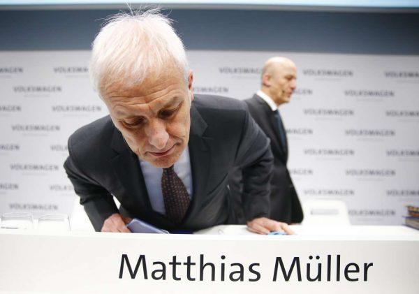 «Γράφουν σωστά το όνομά μου;». Ο Μίλερ αστειεύεται προτού ξεκινήσει η συνέντευξη Τύπου (REUTERS/Hannibal Hanschke)