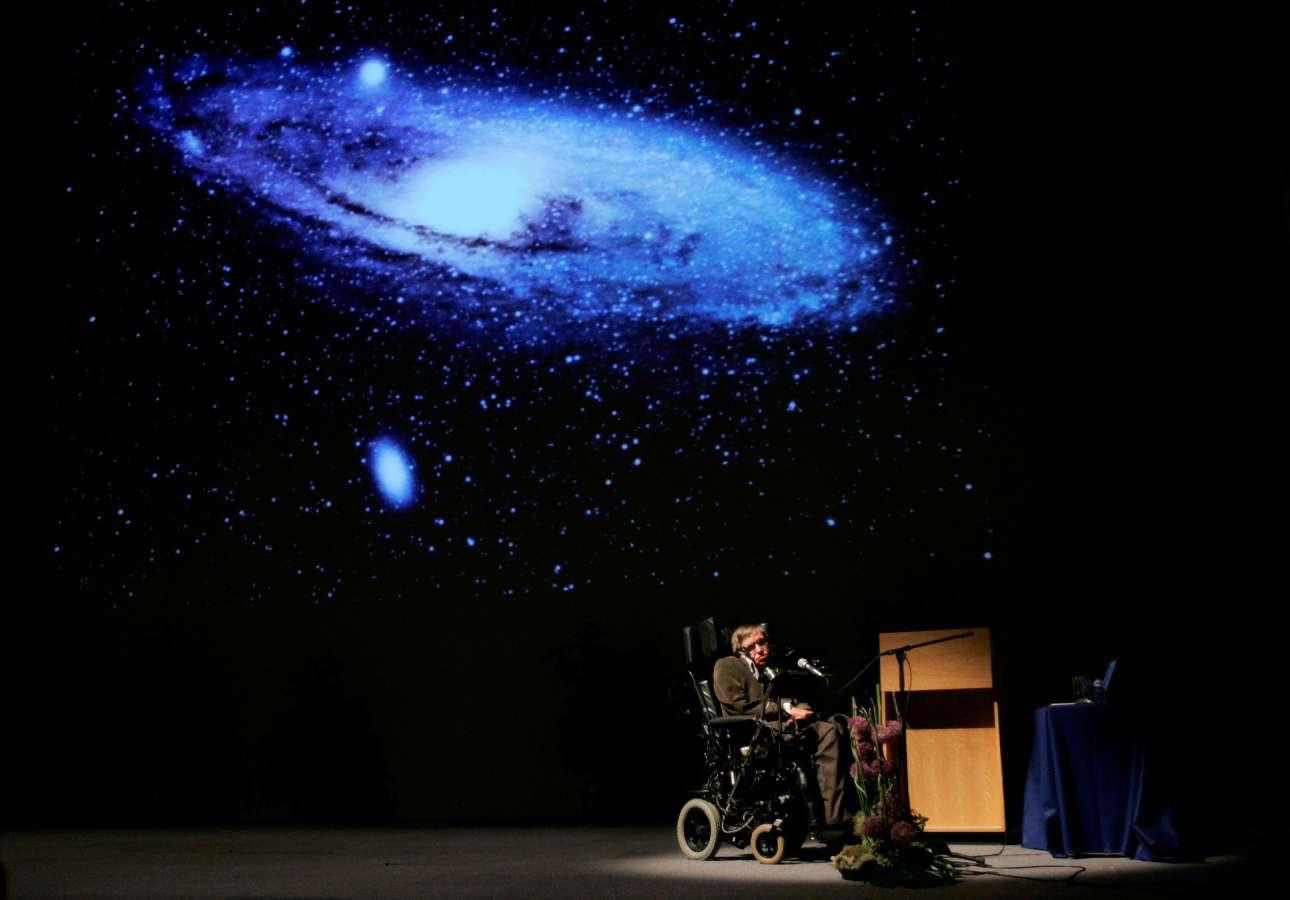 Ο βρετανός φυσικός δίνει διάλεξη για την «Προέλευση του Σύμπαντος» στις Βρυξέλλες, το 2007