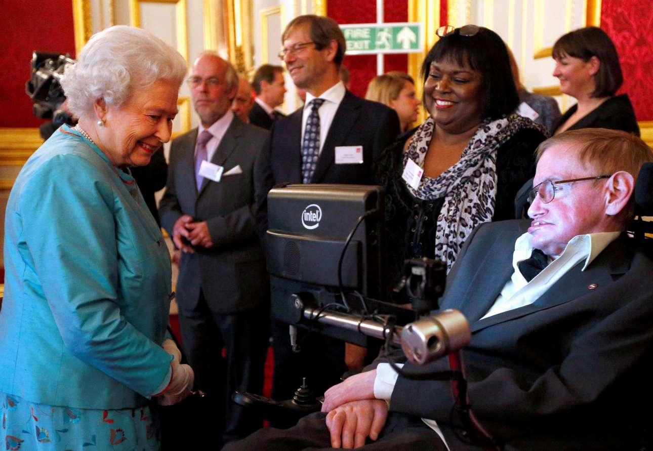 Με την βασίλισσα Ελισάβετ σε φιλανθρωπική εκδήλωση στο παλάτι Σεντ Τζέιμς στο Λονδίνο, το 2014. Κάποτε η βασίλισσα τον είχε ρωτήσει αν έχει ακόμα την αμερικανική προφορά (της φωνητικής συσκευής που χρησιμοποιούσε), για να πάρει την απάντηση: «είναι το σήμα κατατεθέν μου»