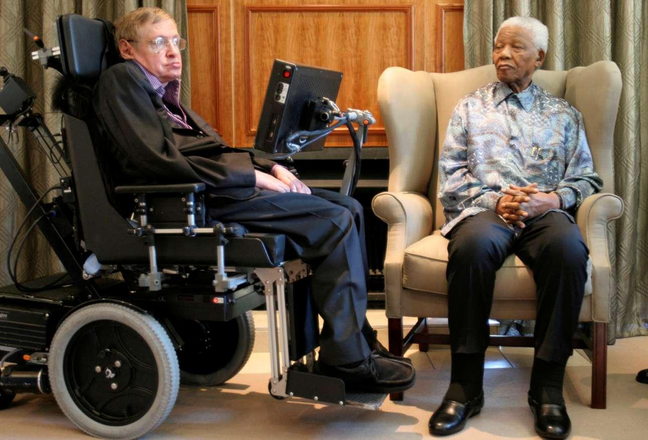 Δύο σημαντικές προσωπικότητες σε ένα κλικ. Στίβεν Χόκινγκ και Νέλσον Μαντέλα συναντιούνται στο γραφείο του Ιδρύματος Μαντέλα στο Γιοχάνεσμπουργκ, το 2008