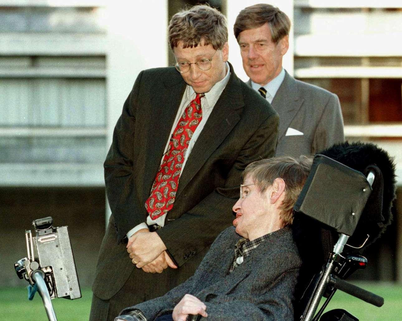 Ο πρόεδρος της Microsoft Μπιλ Γκέιτς, συνοδευόμενος από τον αναπληρωτή πρύτανη και καθηγητή Αλεκ Μπράουερς, συναντά τον σπουδαίο φυσικό το 1997, στο Πανεπιστήμιο Κέιμπριτζ