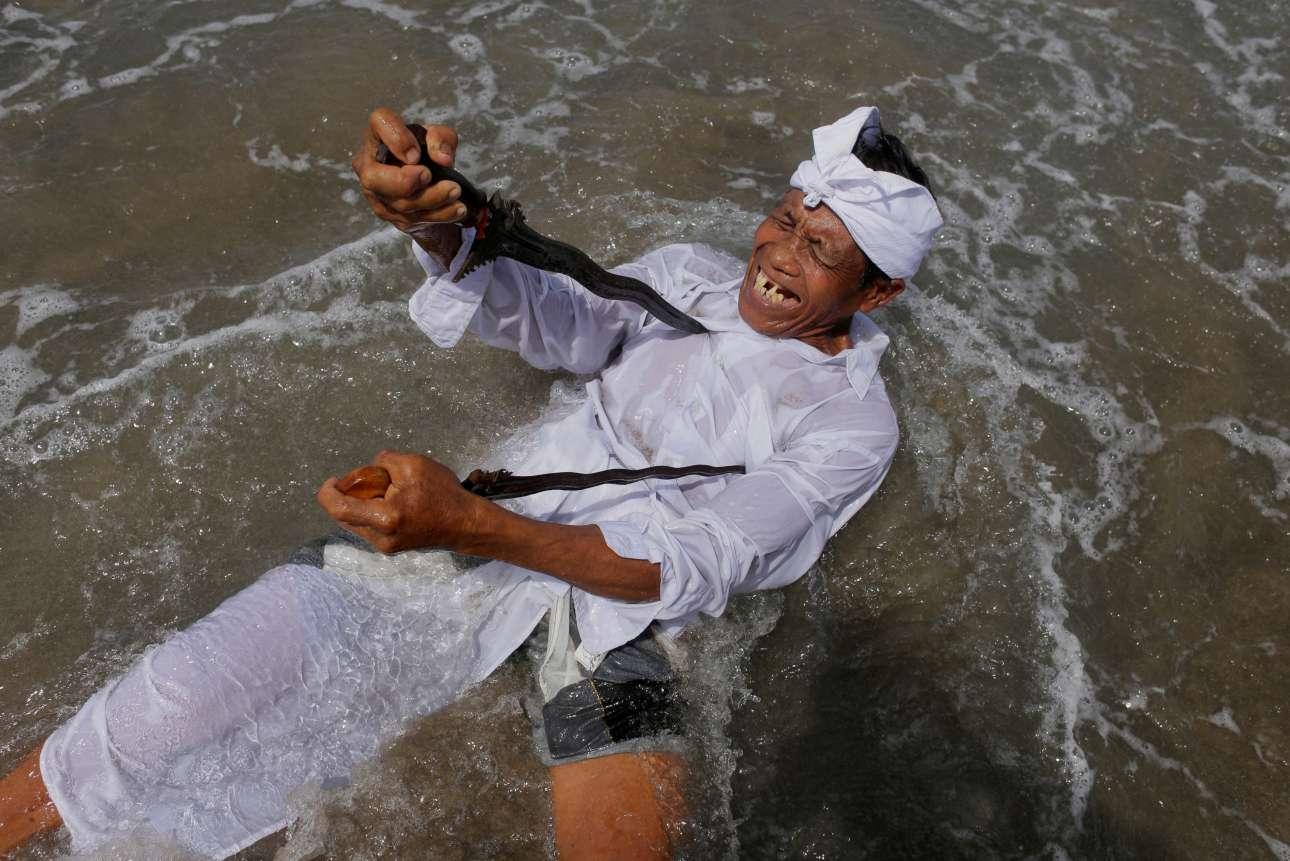 Τετάρτη, 14 Μαρτίου, Μπαλί. Ινδουιστής σε κατάσταση έκστασης συμμετέχει στην τελετή εξαγνισμού «Melasti» σε παραλία στην περιοχή Petitenget