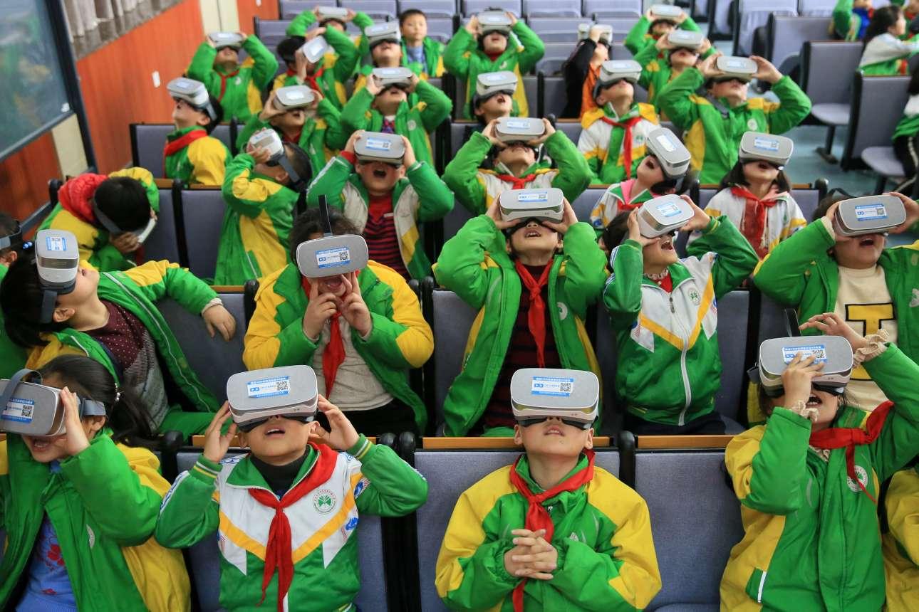 Πέμπτη, 15 Μαρτίου, Κίνα. Μαθητέςστην αυτόνομη περιφέρεια Xiangxi Tujia και Miao, κάνουν μάθημα φορώντας γυαλιά εικονικής πραγματικότητας (VR)