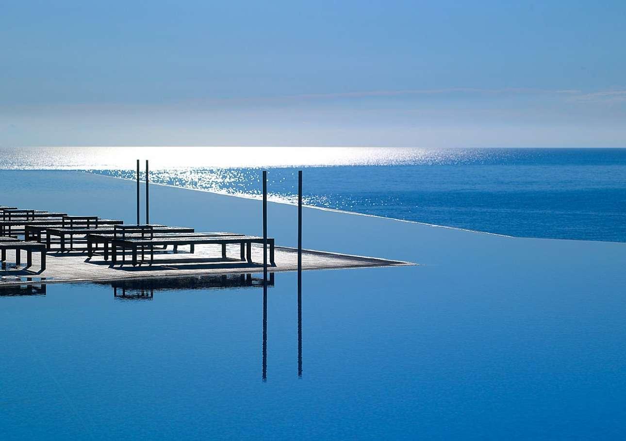 Η μοναδική πισίνα του Michelangelo στην Κω απλώνεται μέχρι τον ορίζοντα, προσφέροντας ειδυλλιακή θέα στη Νίσυρο