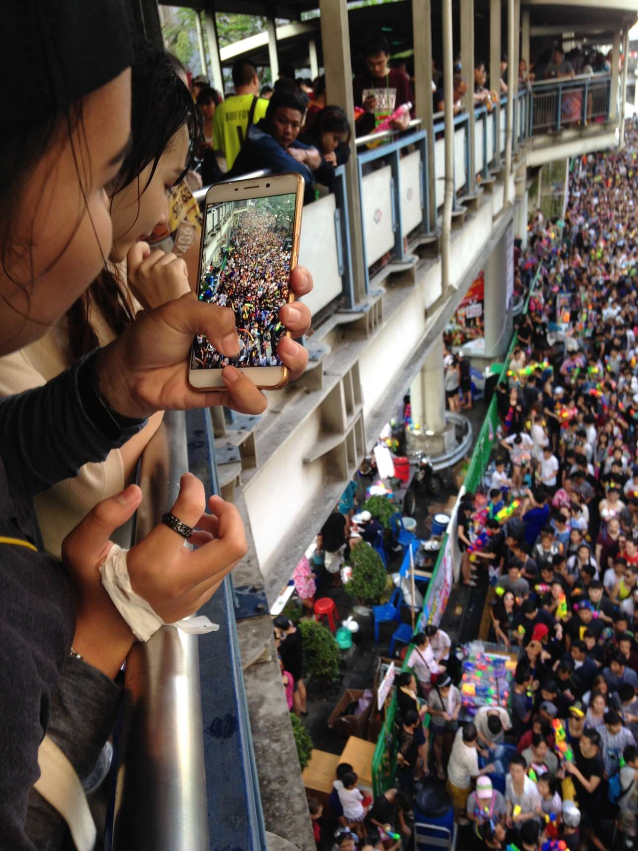 Φιναλίστ κατηγορία Ανθρωποι. Πλήθος κόσμου βγαίνει στους δρόμους της Μπανγκόκ...και στην οθόνη του κινητού, για να γιορτάσει το Φεστιβάλ Songkran, εθνική γιορτή της Ταϊλάνδης που σηματοδοτεί την έναρξη της νέας χρονιάς