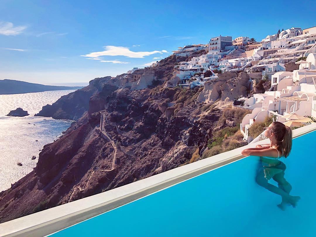 Πισίνα που γίνεται ένα με τον ουρανό, ένα εστιατόριο στην ταράτσα όπου μπορείς να γευματίσεις υπό το φως των κεριών και άσπρα σπιτάκια με θέα την Καλντέρα και το Αιγαίο καθιστούν το συγκεκριμένο ξενοδοχείο ιδανικό προορισμό για ρομαντικούς και νεόνυμφους