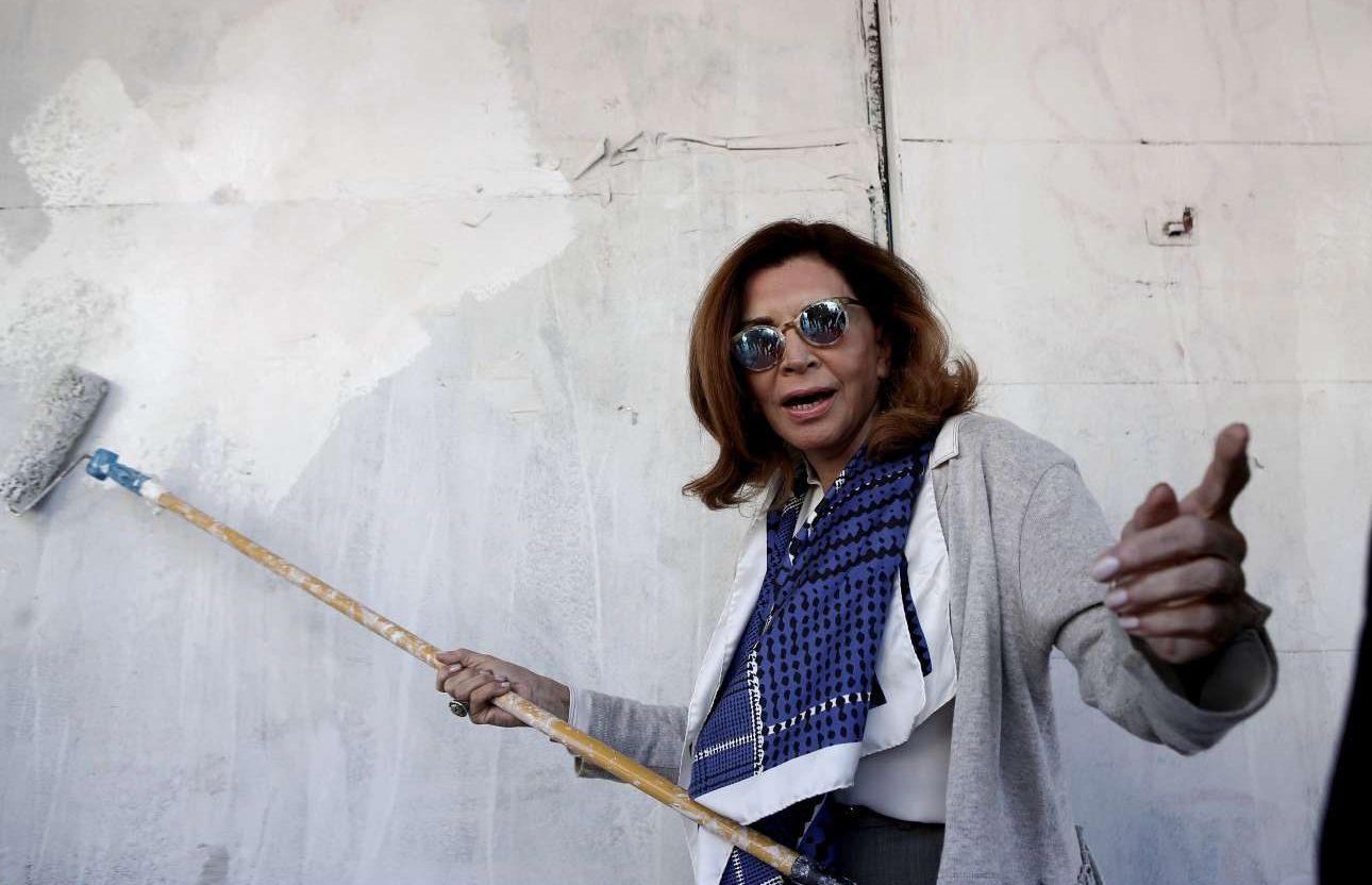 Η Μιμή Ντενίση με την μπαντανόβουρτσα 9φωτό: INTIMEnews)