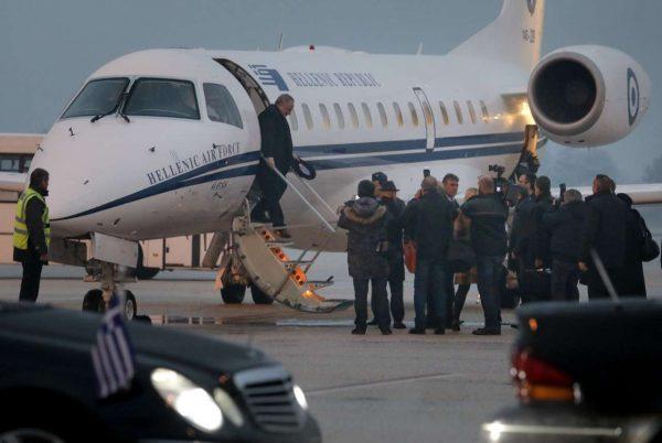 Η σκάλα κατέβηκε, ο έλληνας υπουργός εξέρχεται του αεροσκάφους (ΤΟΣΙΔΗΣ ΔΗΜΗΤΡΗΣ/ΙnTimeNews)