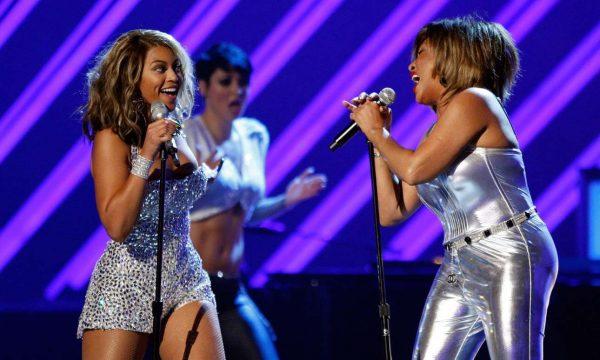 Οταν η Μπιγιόνσε συνάντησε την Τίνα, επί σκηνής, στο Λος Αντζελες, για τα βραβεία Γκράμι, το 2008 (Getty)