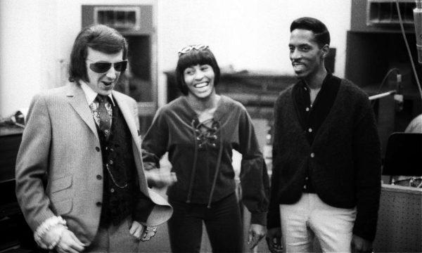 Αριστερά ο Φιλ Σπέκτορ, η Τίνα, ο Αϊκ, στα Gold Star Studios του LA, το 1966 (Getty)