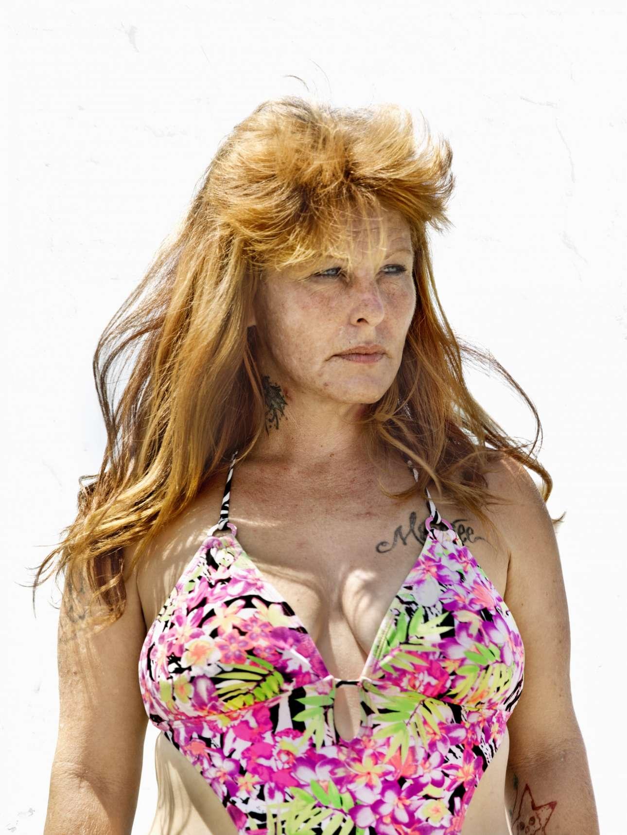Katy Grannan ,«Anonymous», Modesto, CA, 2010. Από τη σειρά «The Ninety Nine». Η φωτογράφος Κέιτι Γκράναν πέρασε τέσσερα χρόνια στo Μόντεστο στην Καλιφόρνια, μία γειτονιά-καταφύγιο για περιπλανητές που κάθε μέρα αναζητούν αρκετά χρήματα για να νοικιάσουν ένα δωμάτιο ή να πάρουν τη δόση τους, διαπράττοντας απάτες ή πορνεία