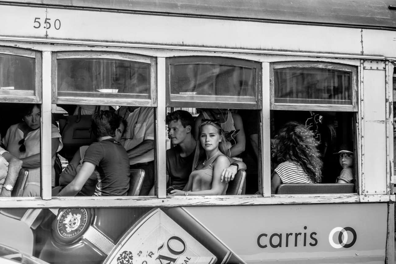 Φιναλίστ κατηγορία Ανθρωποι. Επιβάτες σε τραμ της Λισαβόνας. Η κοπέλα όπως φαίνεται έχει εντοπίσει τον φωτογράφο...