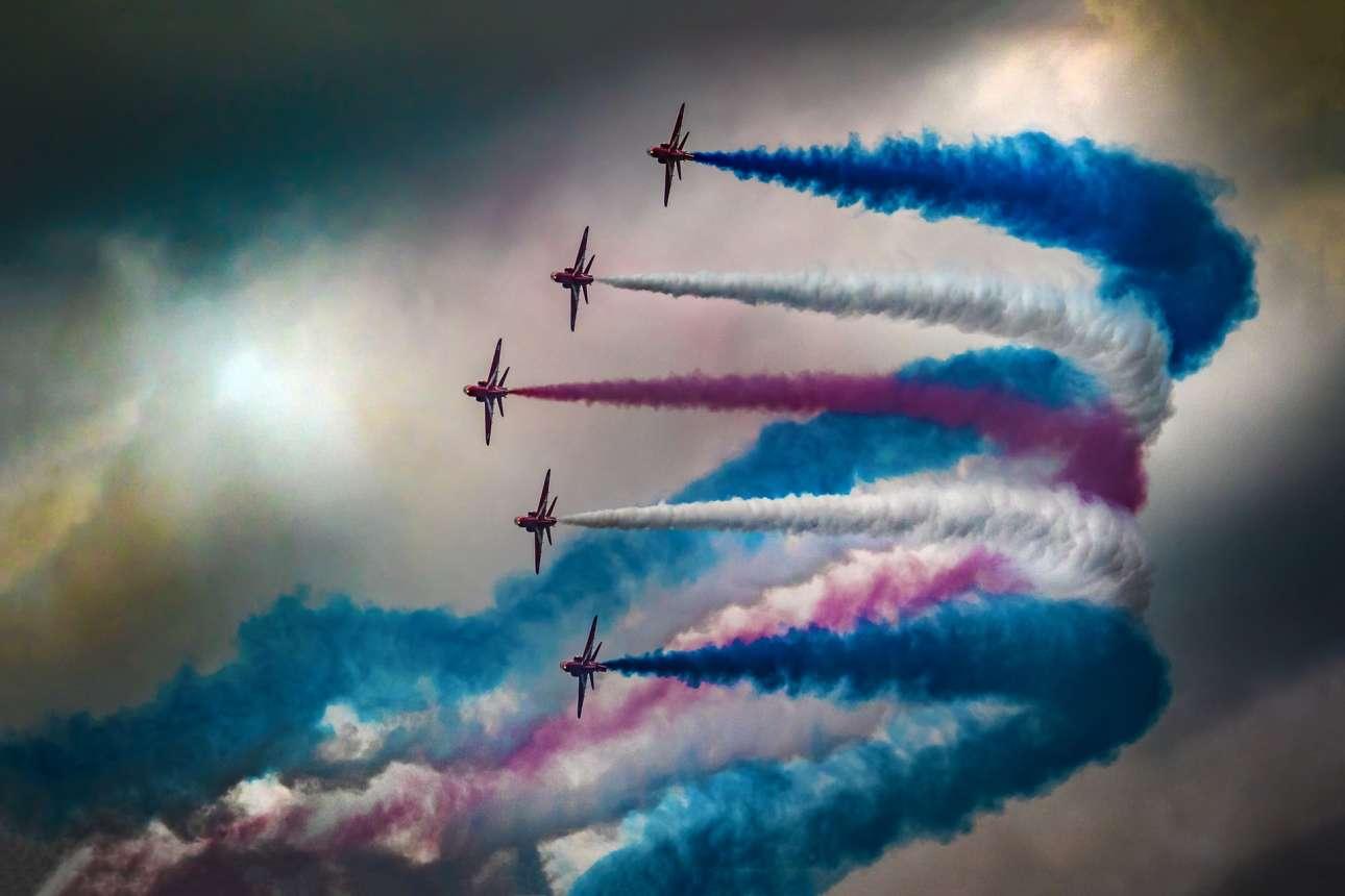 Φιναλίστ κατηγορία Δράση. Εντυπωσιακοί σχηματισμοί και χρώματα από τη φημισμένη αεροβατική ομάδα «Κόκκινα Βέλη» («Red Arrows») της Βασιλικής Βρετανικής Αεροπορίας (RAF), σε επίδειξη στο Ηνωμένο Βασίλειο το 2016