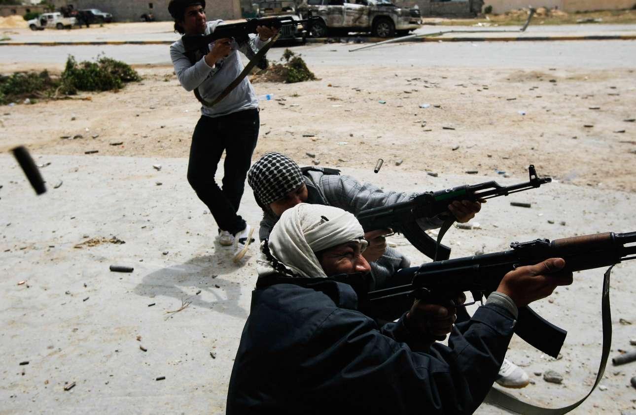Αντάρτες έχουν ανοίξει πυρ κατά κυβερνητικών δυνάμεων στη διάρκεια ένοπλων συγκρούσεων στην Μισράτα της Λιβύης στις 20 Απριλίου του 2011. Οι επαναστάτες που ήθελαν την ανατροπή του Μουαμάρ αλ Καντάφι πολεμούσαν για αρκετούς μήνες τις κυβερνητικές δυνάμεις. Τελικά, ο Καντάφι σκοτώθηκε το πρωί της 20ης Οκτωβρίου ενώ μετέβαινε στη γενέτειρά του, την Σύρτη