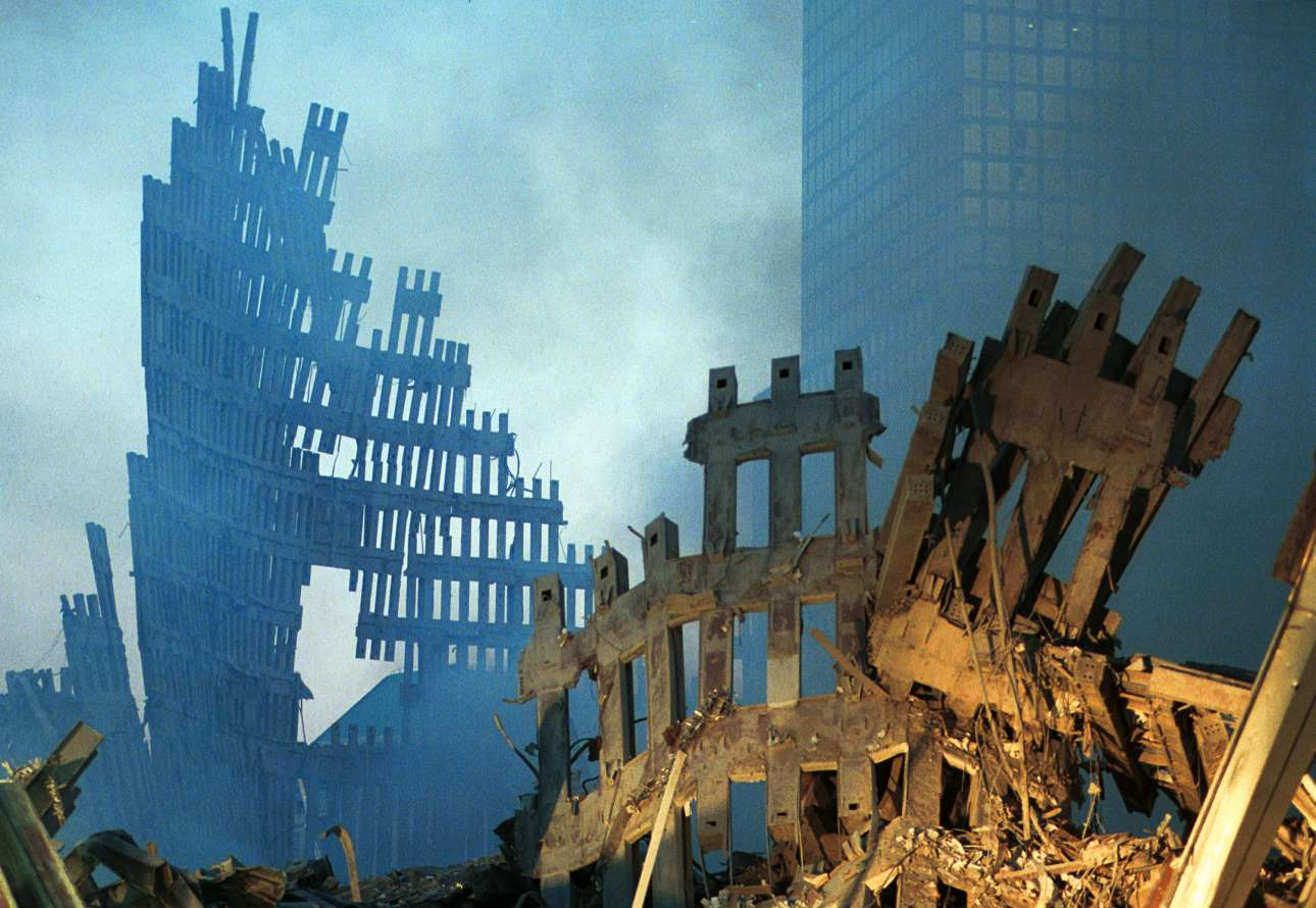Το πρώτο φως της ημέρας πέφτει πάνω στον καπνό και τα συντρίμμια του Παγκόσμιου Κέντρου Εμπορίου της Νέας Υόρκης στις 13 Σεπτεμβρίου του 2001. Δύο ημέρες πριν, αεροπειρατές είχαν πάρει τον έλεγχο δύο αεροπλάνων που χτύπησαν τους Δίδυμους Πύργους, στο πιο γνωστό τρομοκρατικό χτύπημα της Ιστορίας