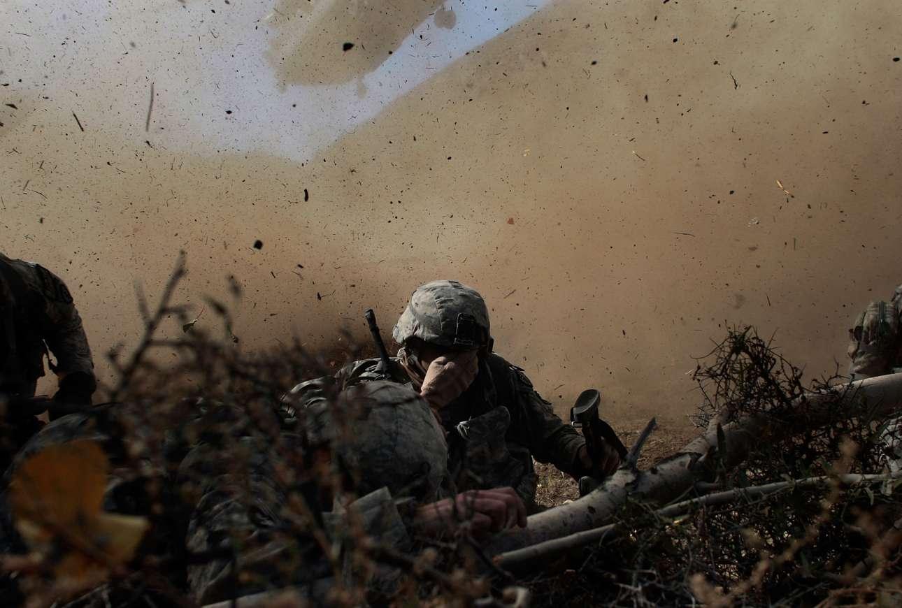 15 Οκτωβρίου 2009. Στην περιφέρεια Πακτίκα του Αφγανιστάν, αμερικανοί στρατιώτες καλύπτουν τα πρόσωπά τους καθώς ένα ελικόπτερο Σινούκ προσγειώνεται για να τους παραλάβει μετά το τέλος της αποστολής τους στην περιοχή